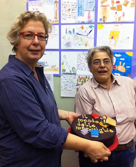 fotografia delle titolari con in mano la torta