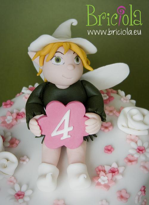 particolare torta decorata fiori e fata